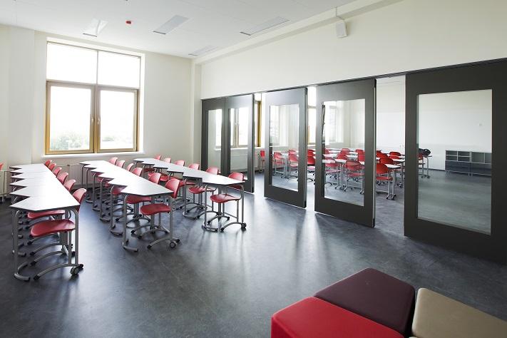 Перегородки из закалённого стекла в школе
