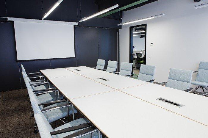 Раздвижные стеклянные перегородки в офисе