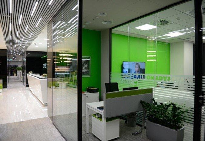 Раздвижные стеклянные перегородки в офисном помещении