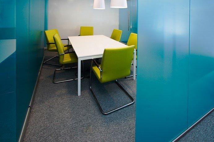 Цельностеклянные перегородки для переговорных комнат