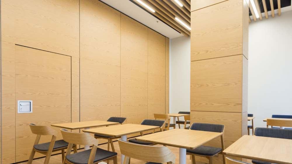 Дизайн столовой глухими перегородками SmartWall с дверью