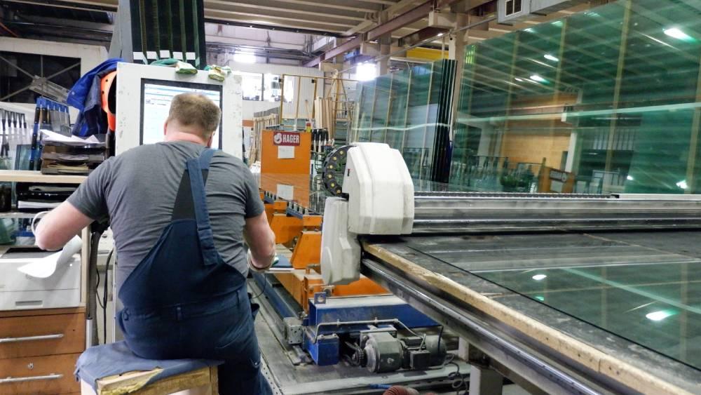 Подготовка к монтажу раздвижных перегородок, подготовка стекла для секций