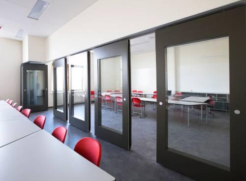 Раздвижные комбинированные перегородки  закаленное стекло
